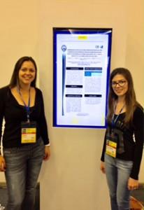 As biólogas Carina e Suelen apresentam o estudo no Rio de Janeiro (Arquivo Pessoal)